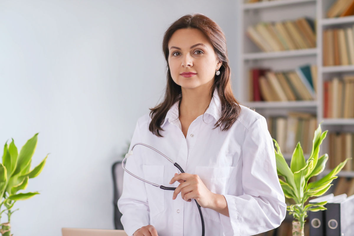 Dottore in uno studio medico