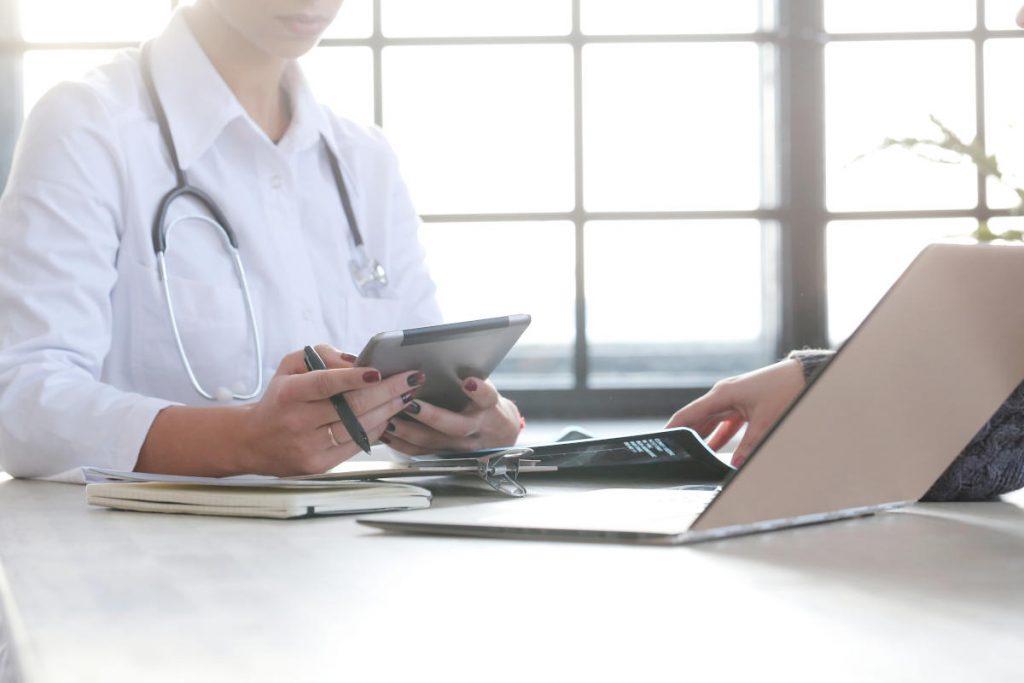 Medico con cartella clinica elettronica