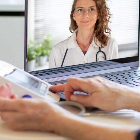 Paziente che utilizza computer per comunicare con il proprio medico.